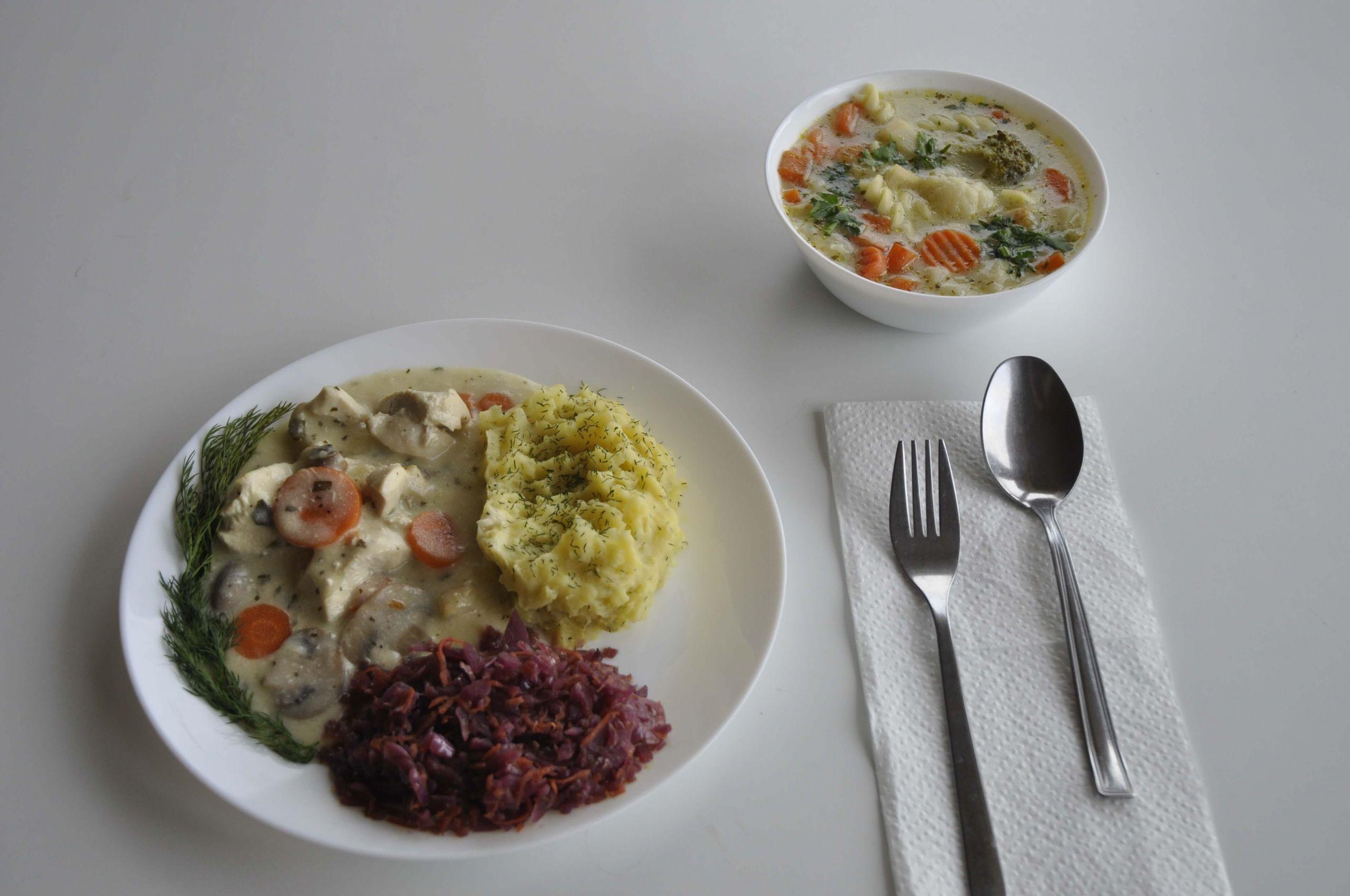 kuchnia kurczak w sosie pieczarkowym z czerwoną kapustą i ziemniakami oraz zupa jarzynowa
