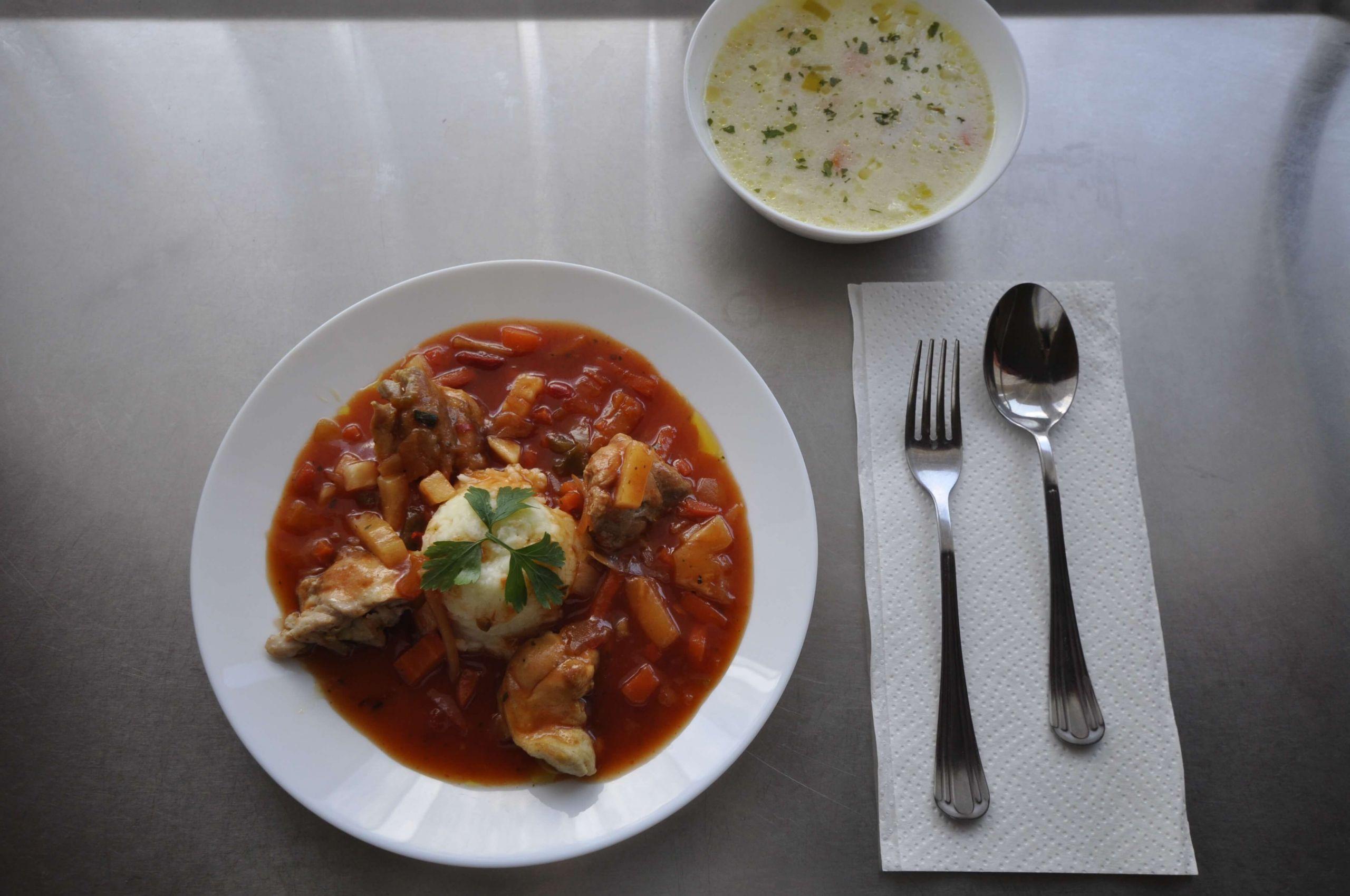 kuchnia kasza kuskus z mięsem z uda kurczaka w sosie słodko kwaśnym oraz zupa porowa
