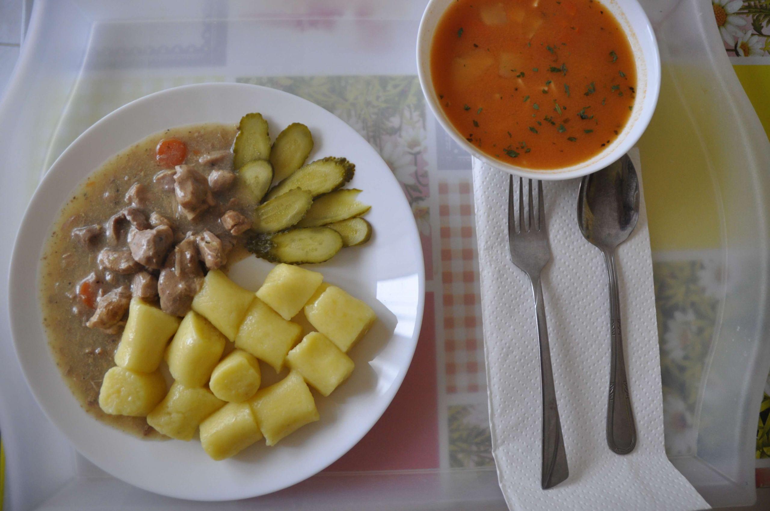 kuchnia kluseczki z sosem mięsnym i ogórek konserwowy oraz pomidorowa