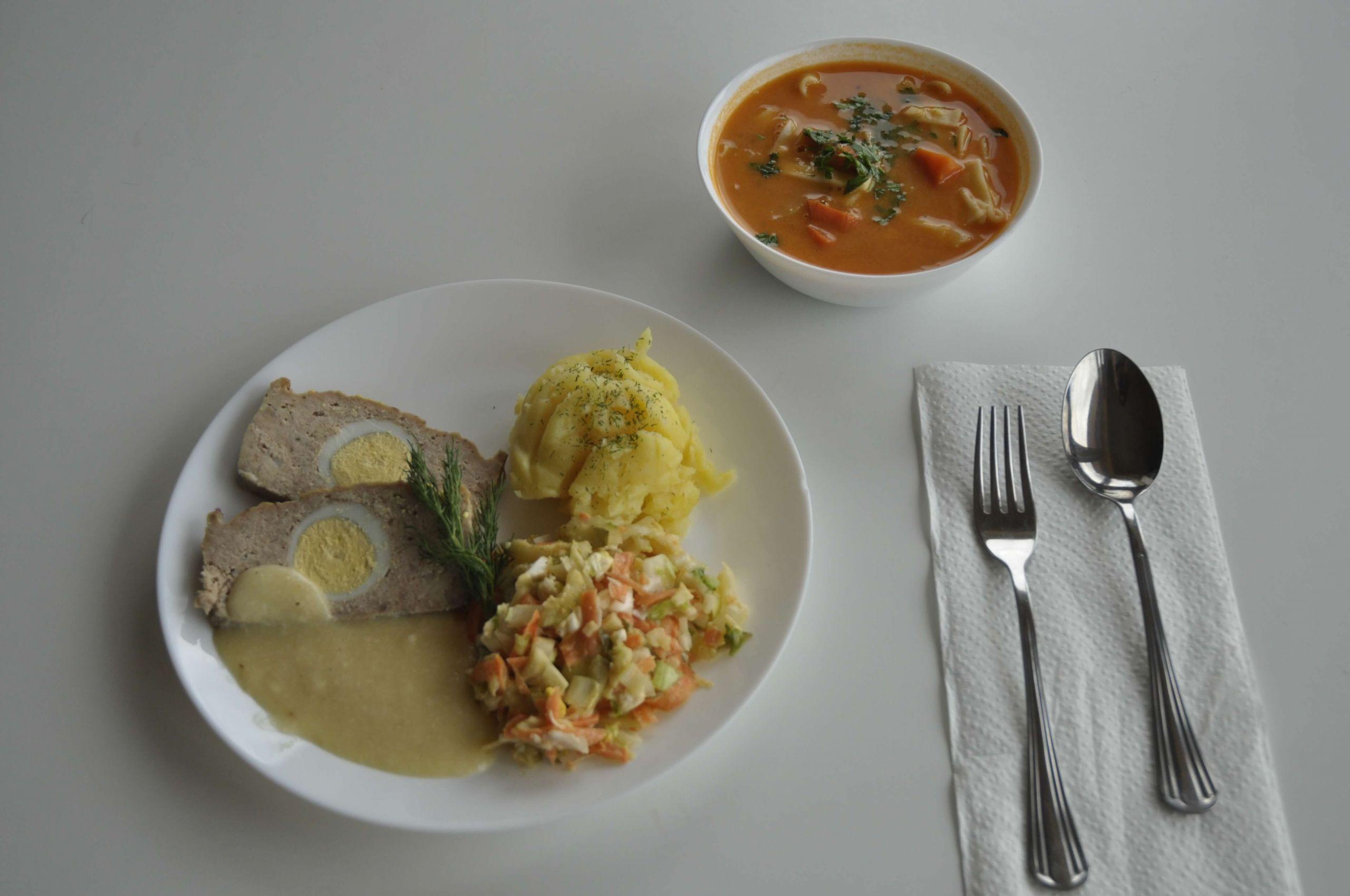 kuchnia pieczeń rzymska w sosie chrzanowym z surówką i ziemniakami oraz zupa pomidorowa